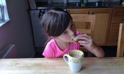 Sofia äter frukost.