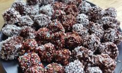 Chokladbollar med kokos, pärlsocker och pralinpärlor.