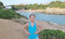 Frida med stranden som bakgrund.