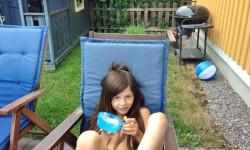Sofia njuter av glass.