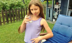 Frida avnjuter ett glas saft.