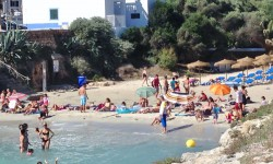 Stranden är inte så stor, men alla får plats.