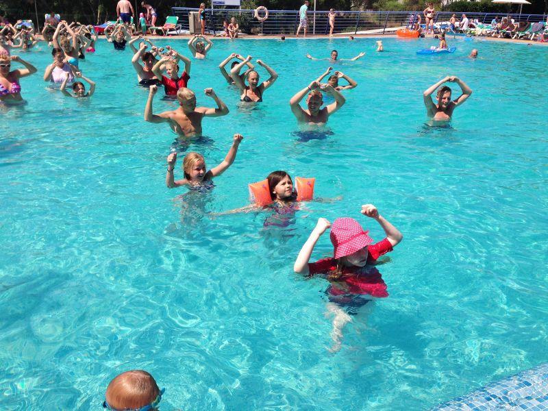 Sofia tränar gympapass i poolen.