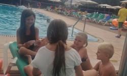 Barnen spelar kort med Felicia och Lukas.
