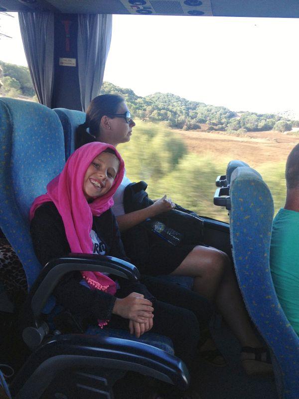 Frida och mamma på bussen.